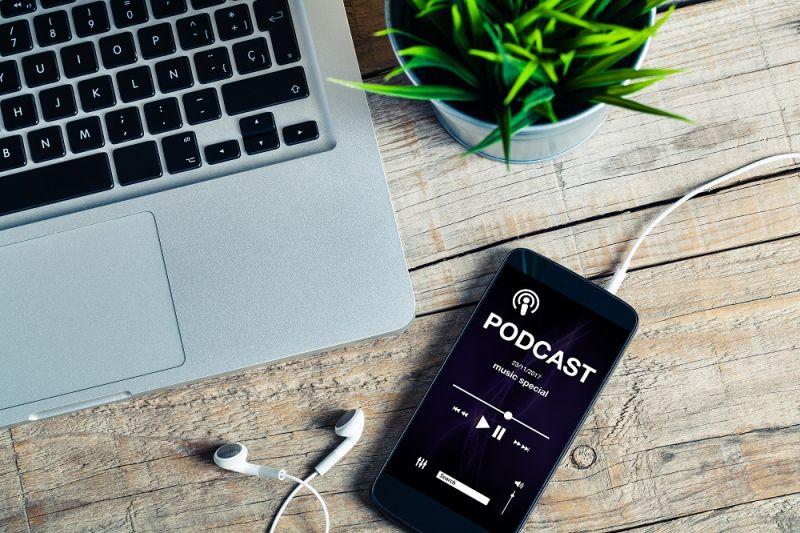 پادکست چیست podcast یا وبلاگ صوتی راهی آسان برای گوش دادن به محتواهای مختلف از طریق اینترنت است
